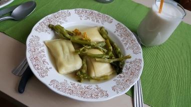 Maultaschen végétariens, asperges et bouillon de légumes