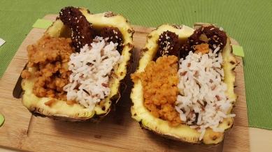 Dal de lentilles corails, riz sauvage, tofu mariné au soja, dans son bol d'ananas