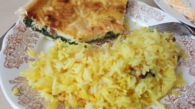 Quiche aux épinards/raisins secs/fromage/pignons de pins et curry de riz