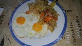 Oeufs sur le plat, blé, carottes et courgettes cuites